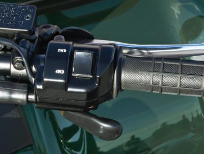Удобно расположенный на руле переключатель режимов 2WD/4WD